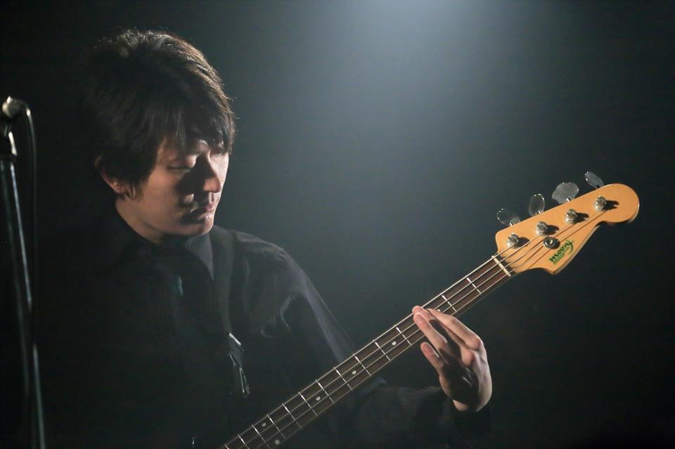 シェイド砂川敦がライブハウスでエレキベースを演奏している写真